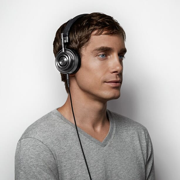 Master-&-Dynamic-M30-black-headphones