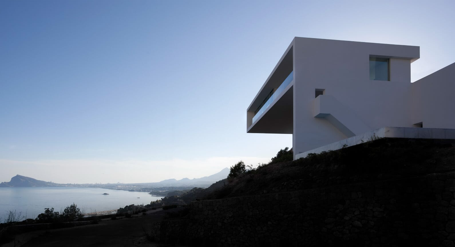 A Modern Minimalist Getaway: House On The Cliff By Fran Silvestre Arquitectos