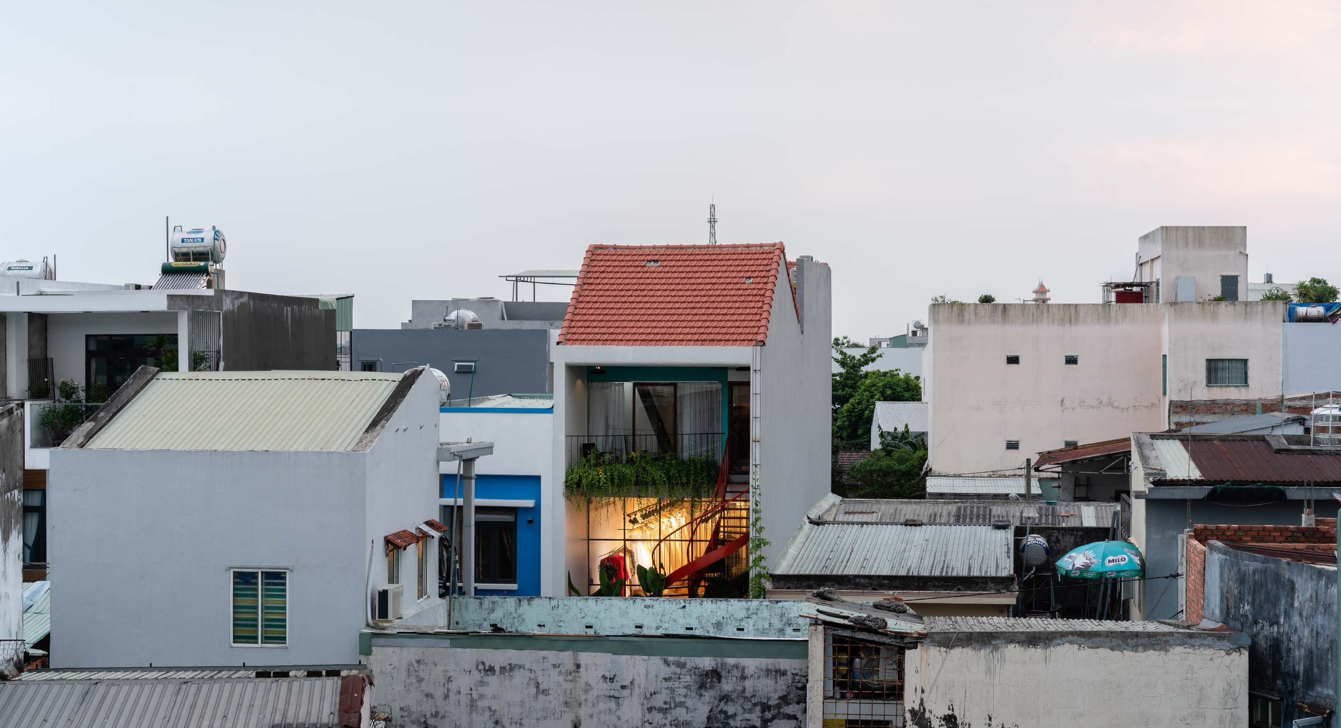 Olwen Studio Seamlessly Combines Studio Space With Private Quarters