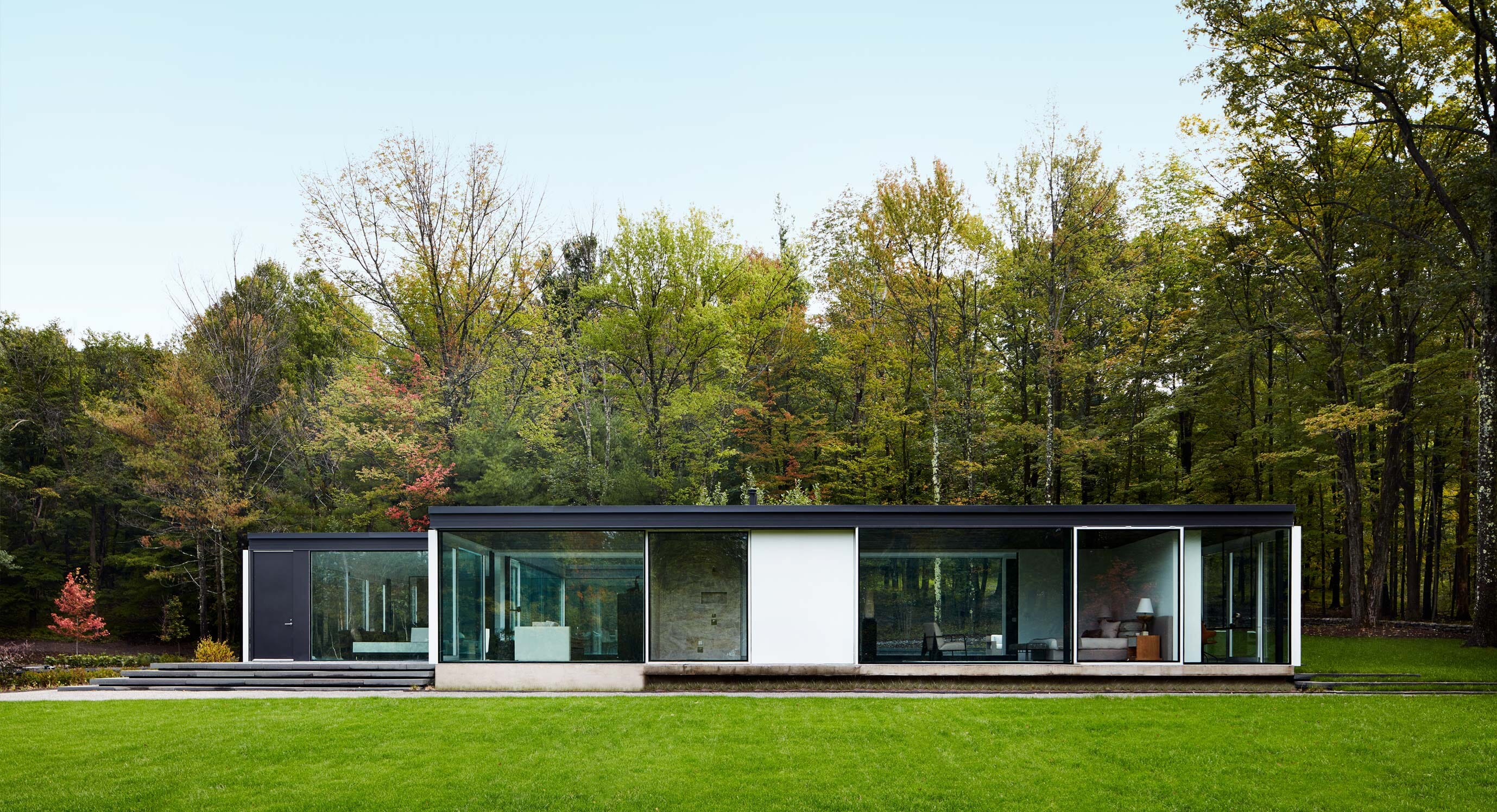 Rival Textures Characterise Upstate New York Weekend Residence